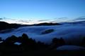 霧流れる谷