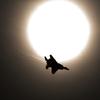 太陽とF15Jジェット戦闘機