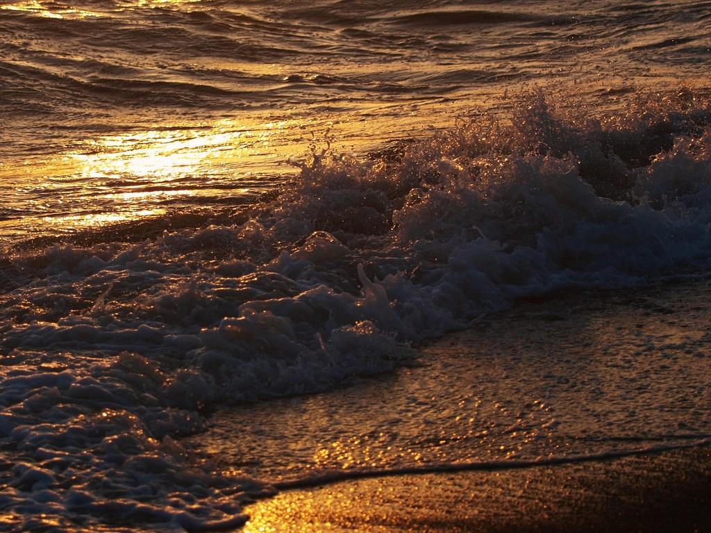 夕陽色の波