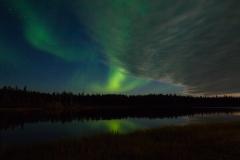 オーロラ、湖面に輝く