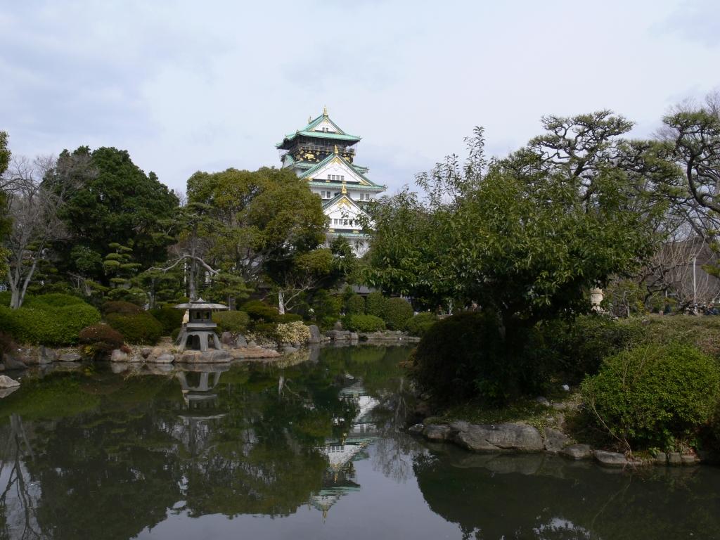 日本庭園から大阪城をのぞむ