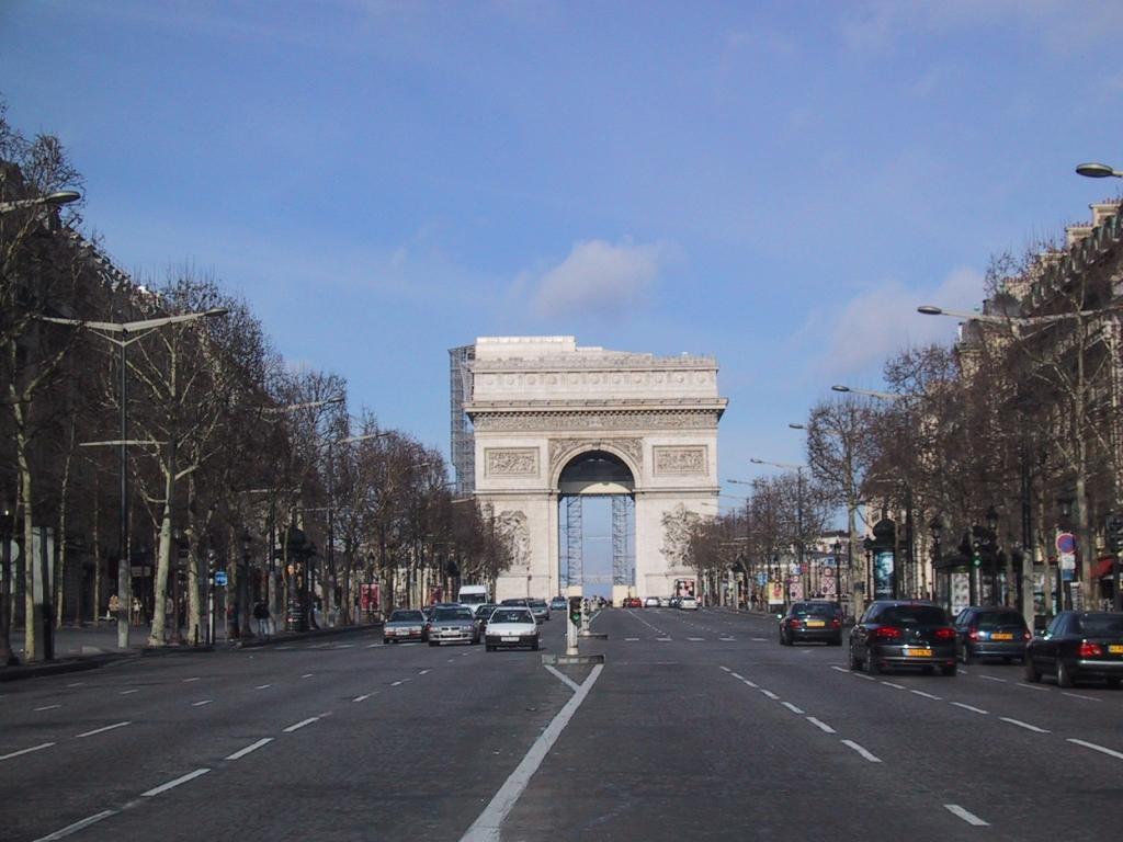シャンゼリゼ通りから凱旋門