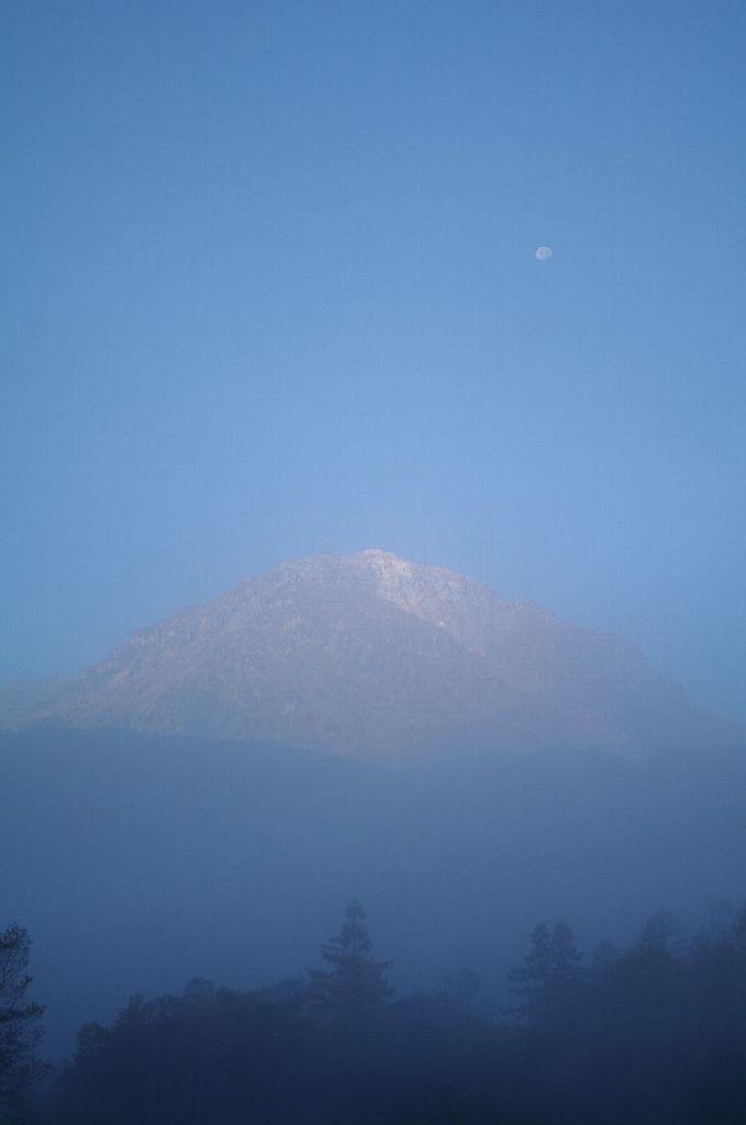 朝靄の焼岳