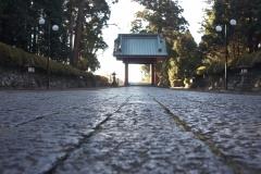 石畳と二天門