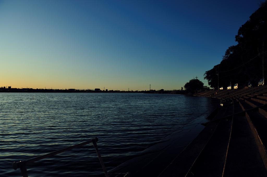 コバルトブルーの空と川