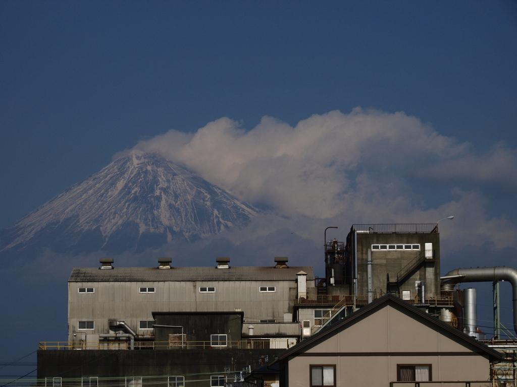 工場と富士