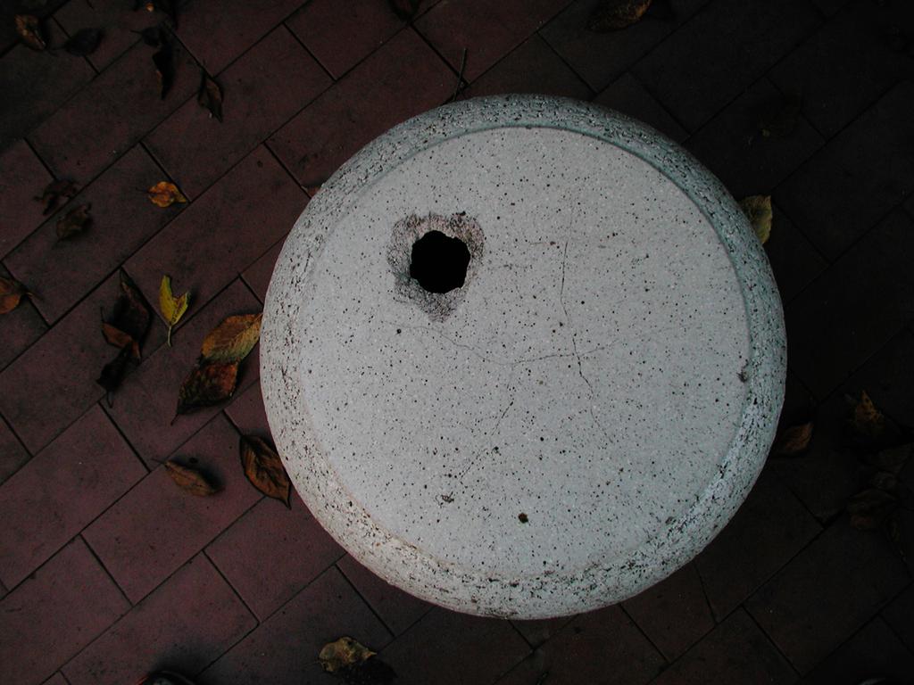夕やみの中の椅子
