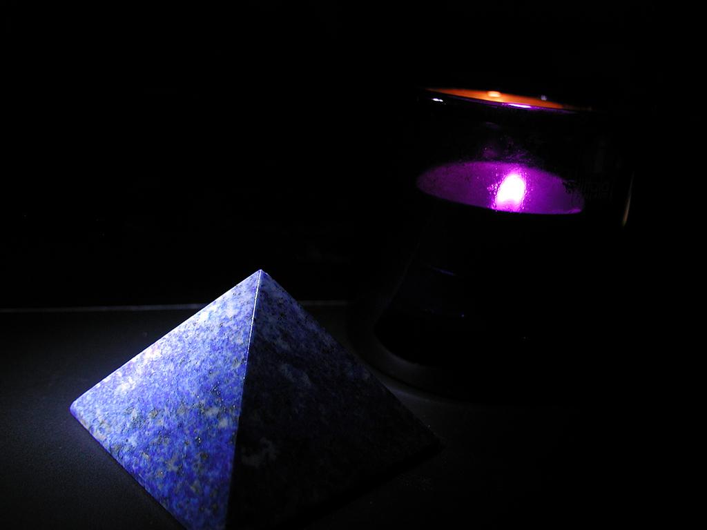 青いピラミッド