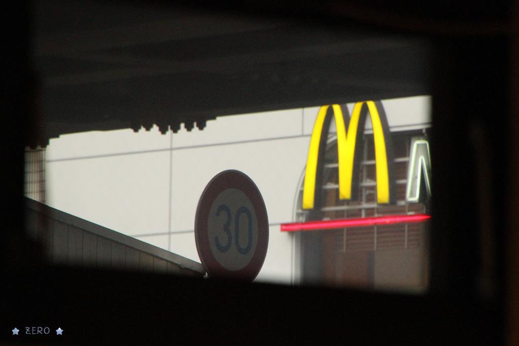 遠くのマクドナルド