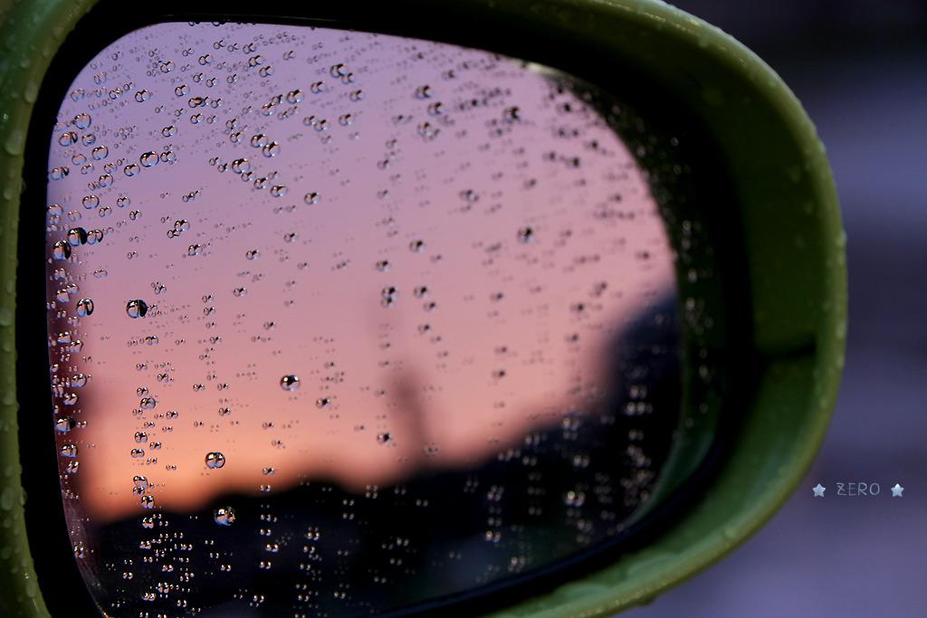 小雨の中の夕焼け