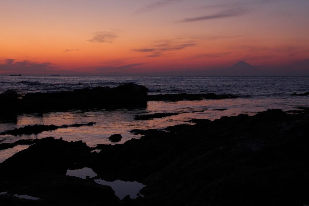 海と 夕焼けと ちょっぴり富士山