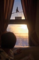 窓越しの朝焼け