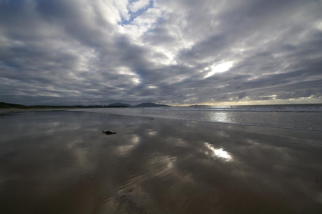 砂浜と鱗雲