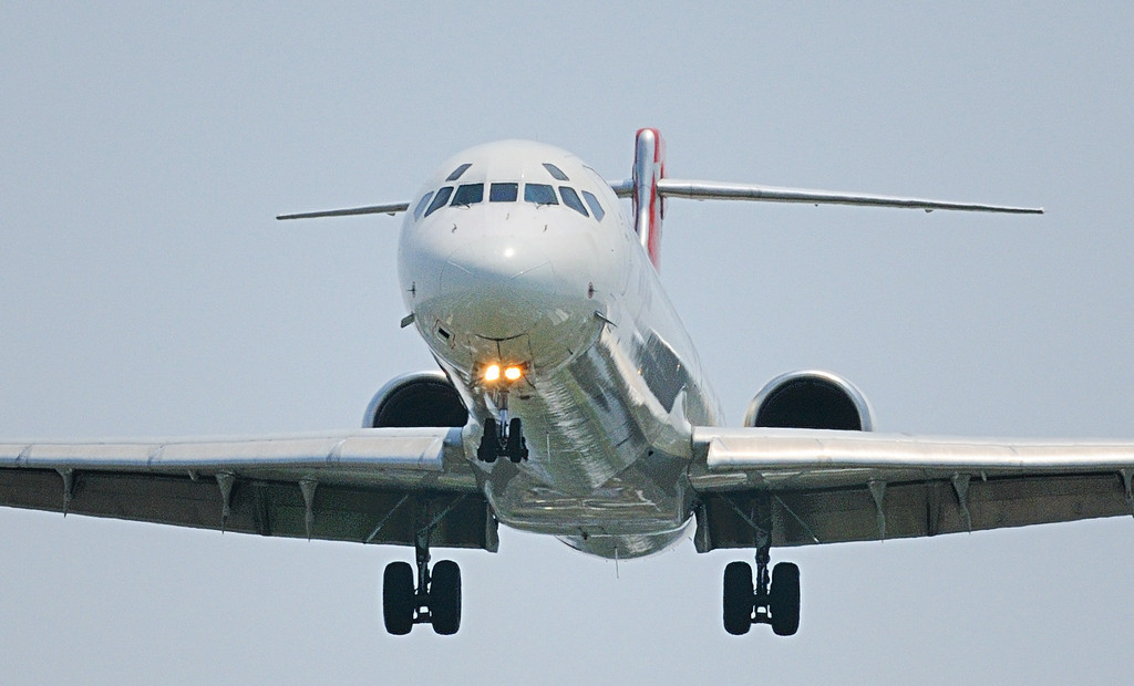 MD90 LANDING
