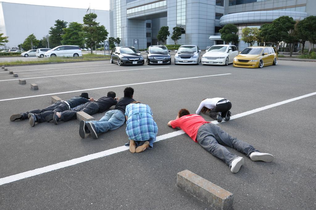 車の写真を撮る人々