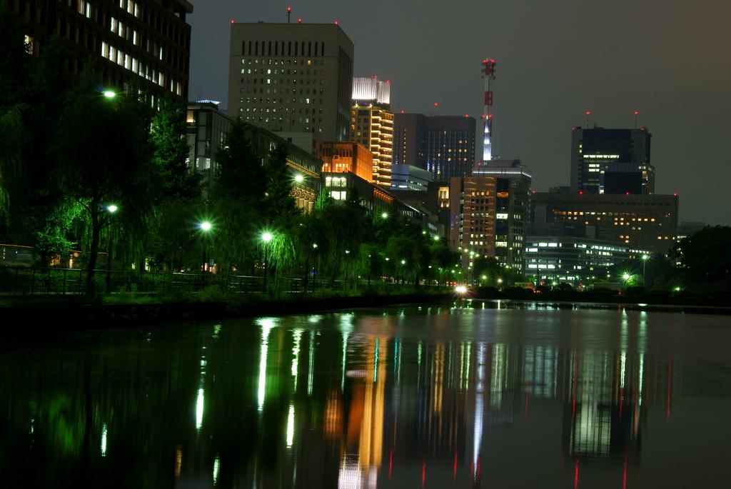 和田倉門からお堀越しに