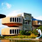 NIKON FE2で撮影した建物(UFO屋敷 中央の池と滑り台)の写真(画像)