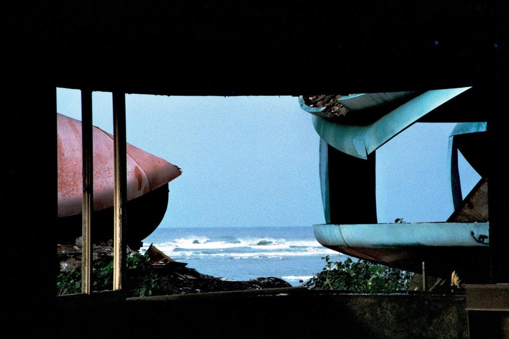 廃墟から見る海