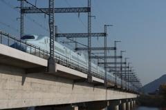 吉井川(よしいがわ)を行く新幹線さくら