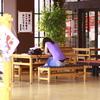 子授け寺の食堂で一人すわる女性