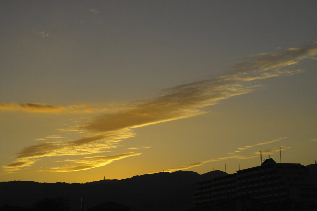 夕空晴れて秋風の吹く…。