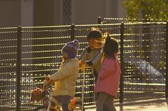 トナカイに押される少女