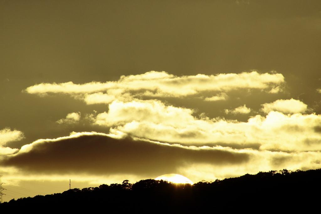 夕陽が山の端に…