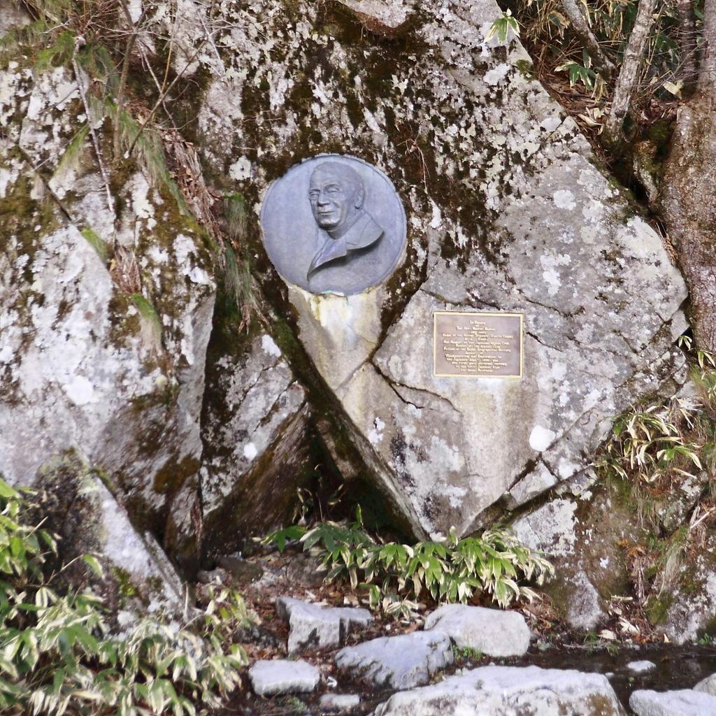 ウェストン卿のレリーフと碑文