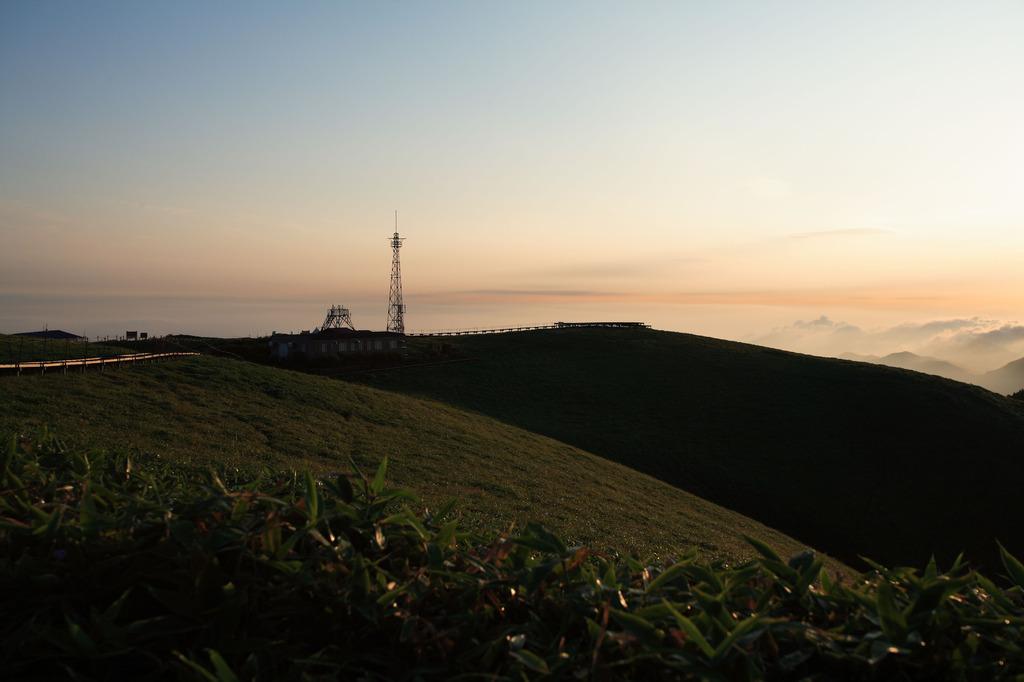 剣山(朝日を浴びる山頂)