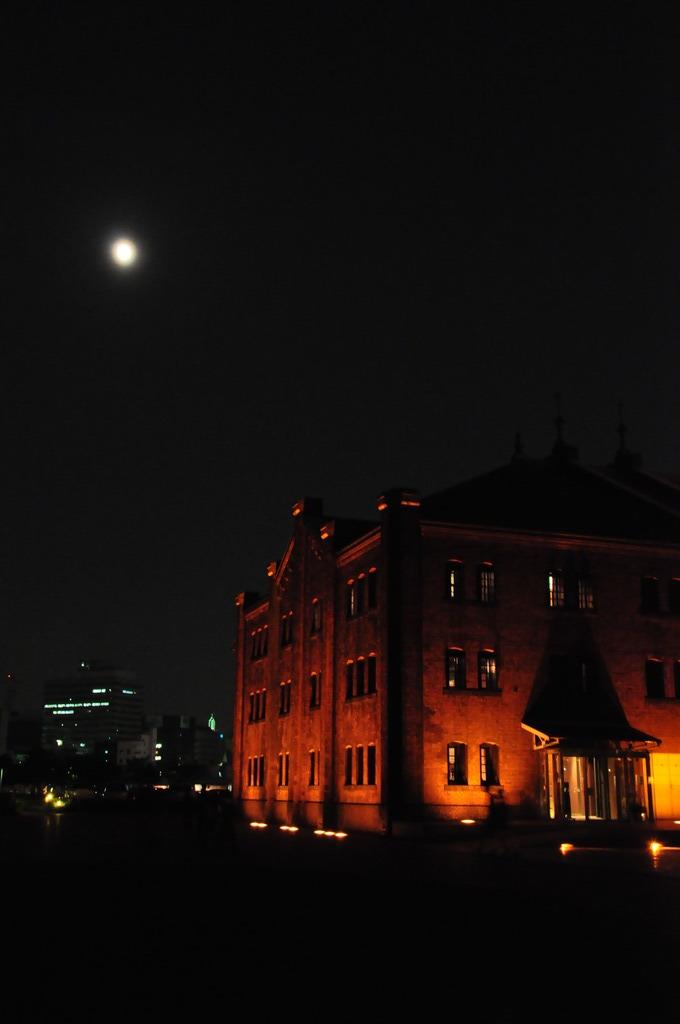 月夜の赤レンガ