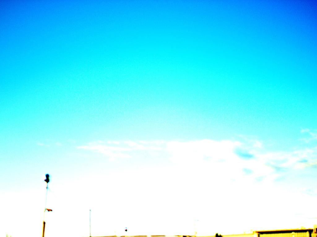青い色した空
