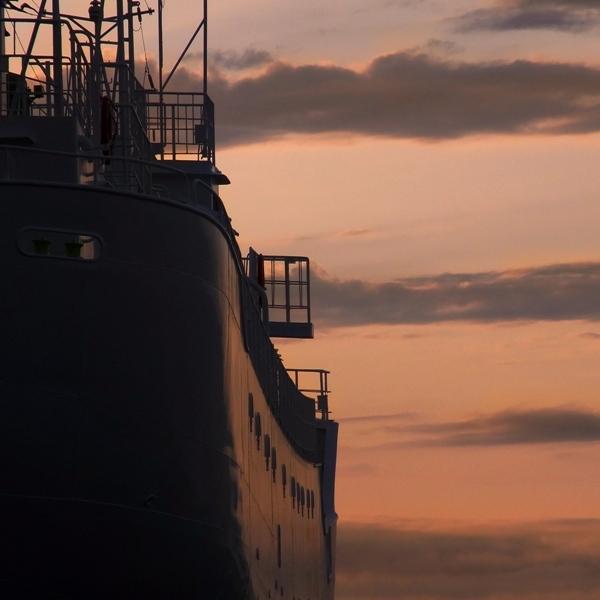 夕暮れの船