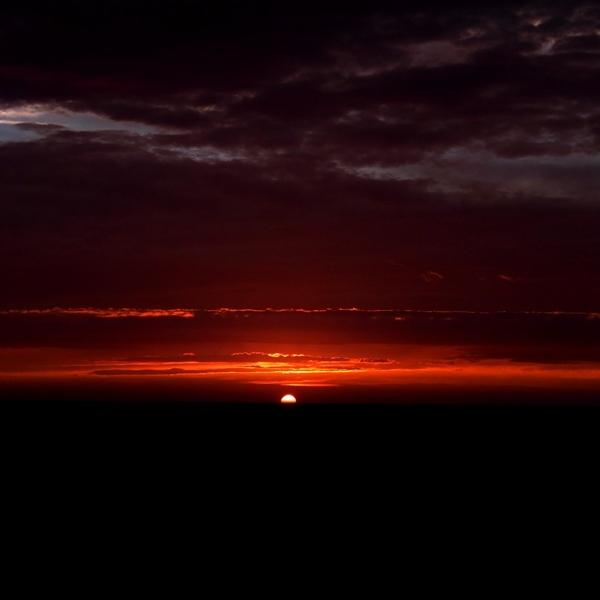 紅水平線と雲