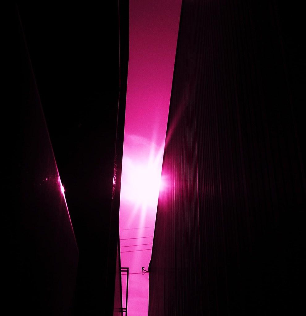 壁・光・壁