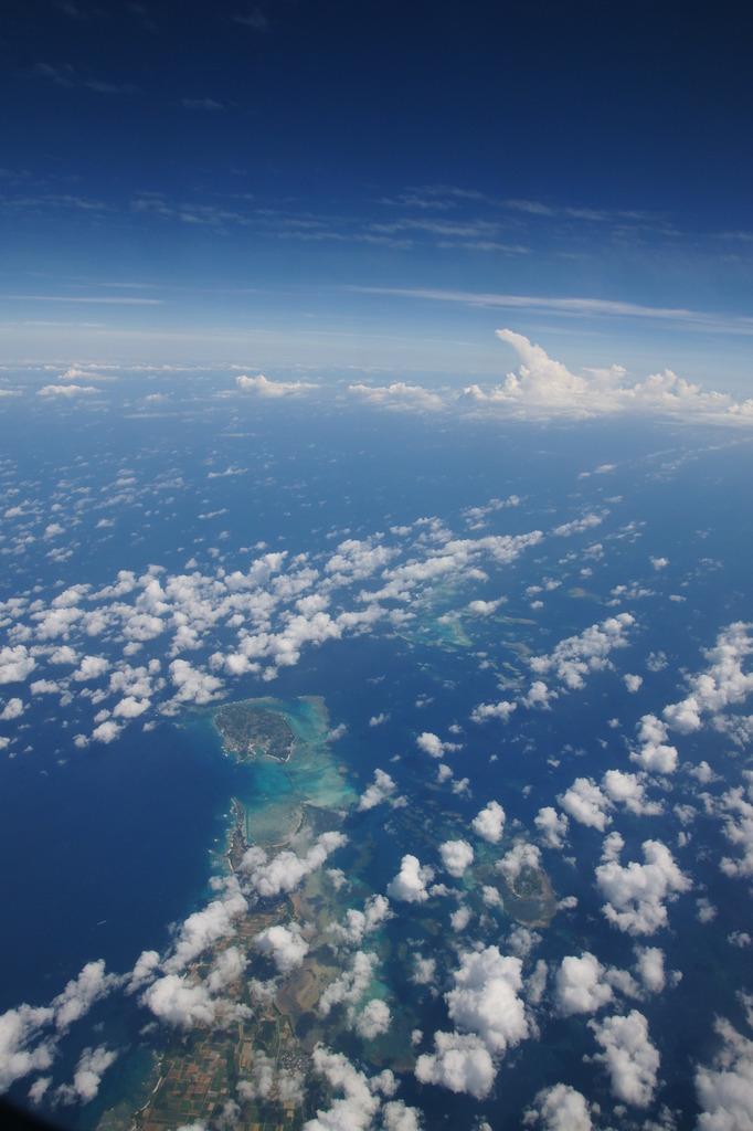 沖縄上空、天候は晴れ…