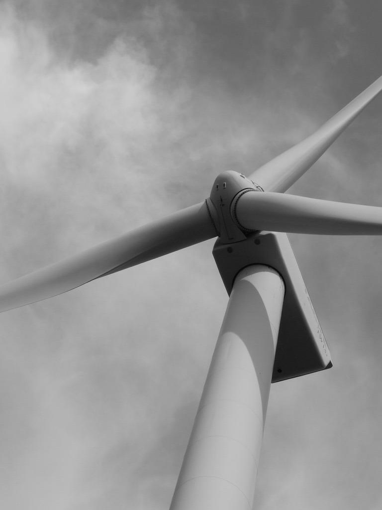 見上げる風車