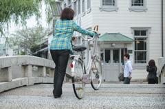 自転車を押して