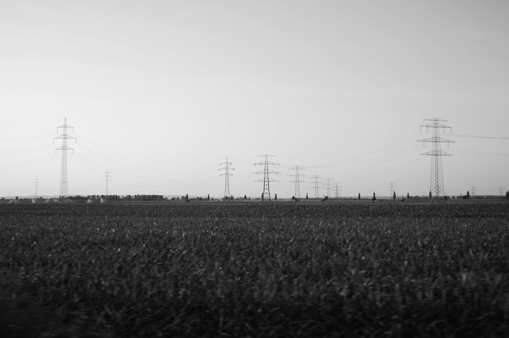 Das im Feld liegende Stahlturm