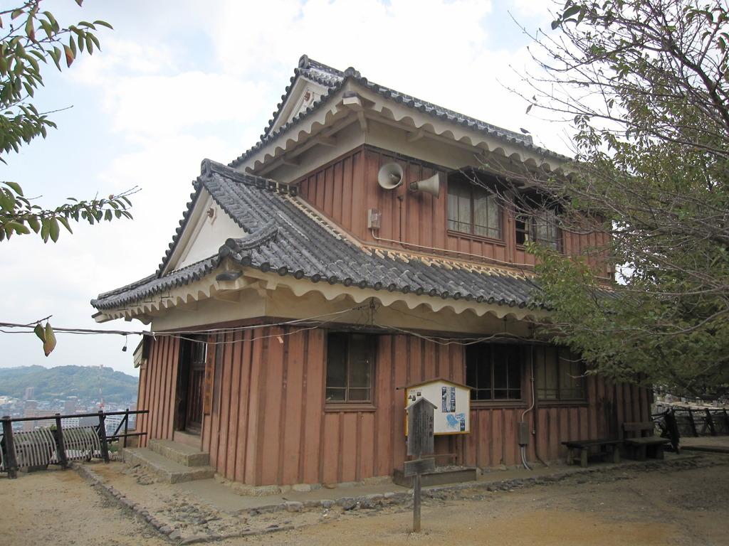 松山城にそびえる管理局