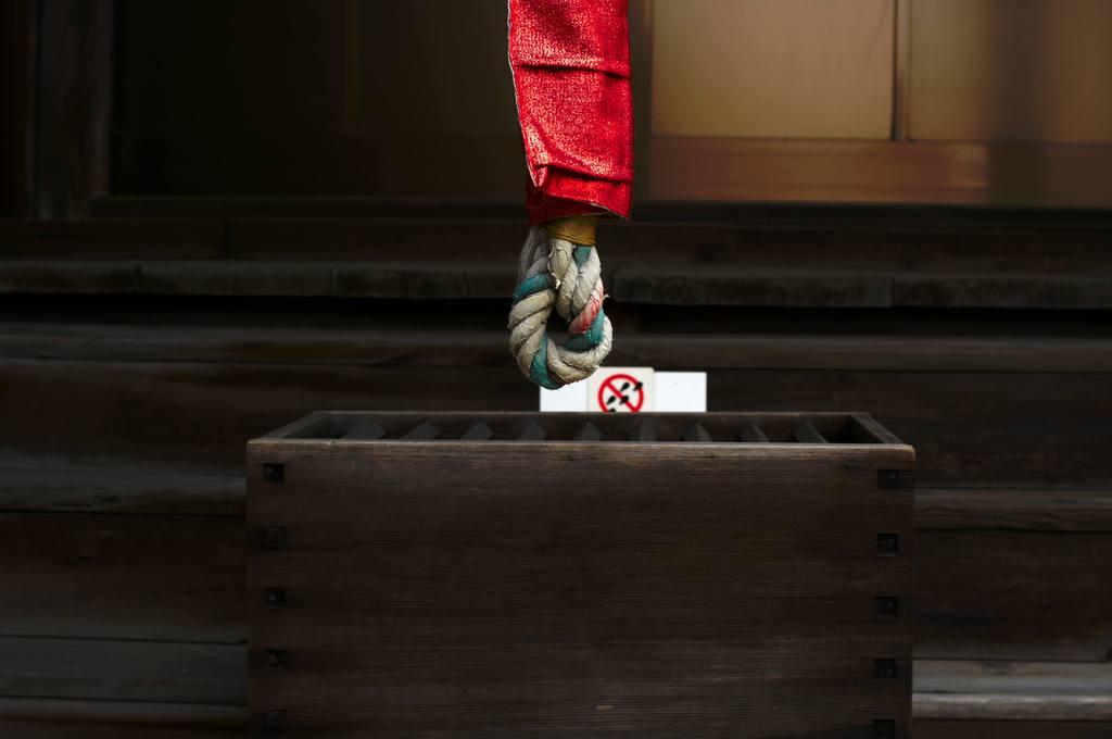 鈴を鳴らす紐と、賽銭箱