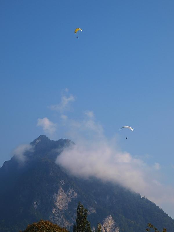 ニーセン山から飛び立ったパラグライダー(トゥーン湖)