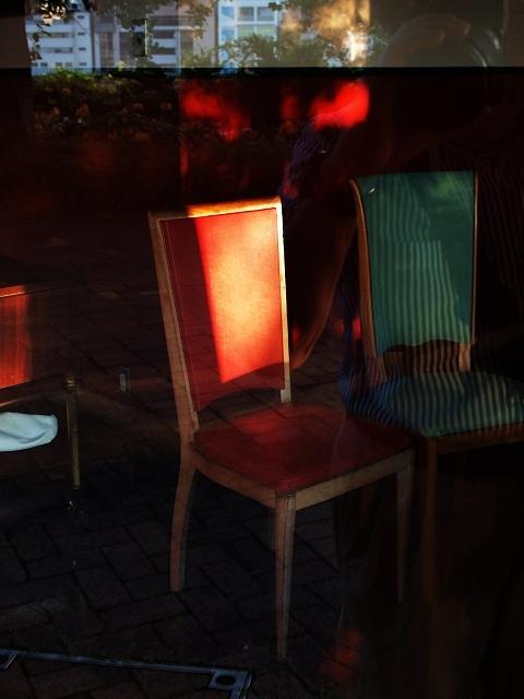 お店の中の赤い椅子