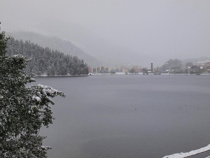 雪中のサンモリッツ湖