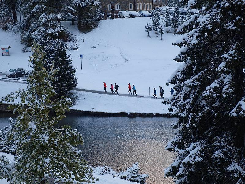降雪明けの湖畔