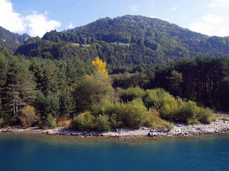 黄葉の始まり(トゥーン湖)