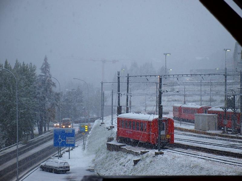 降雪の日の駅構内