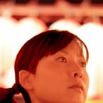 CANON Canon EOS 50Dで撮影した人物(見入る女性)の写真(画像)