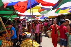 郊外の市場