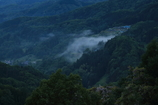 霧に包まれる集落