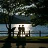 夕陽煌く湖を見つめて